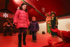 Decenas de niños entregan sus deseos a los pajes reales
