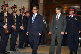 Puigdemont, nuevo presidente de la Generalitat al grito de «¡Viva Cataluña libre!»