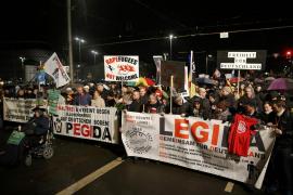 Centenares de enmascarados de extrema derecha provocan destrozos durante una manifestación xenófoba en Leipzig