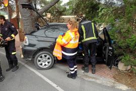 Una pareja de jóvenes se empotran con su coche en una casa de Cala Llonga