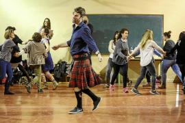 Baile regional con falda escocesa