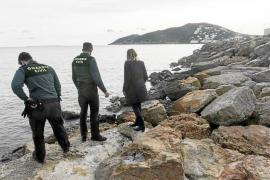 Alarma en Santa Eulària por un vertido que tiñó el mar de marrón