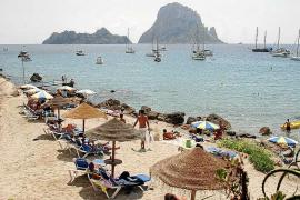 Los concesionarios de playas critican la reducción de hamacas en Sant Josep