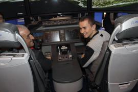 Jorge Lorenzo, a los mandos del nuevo Boeing 787 de Air Europa en Fitur