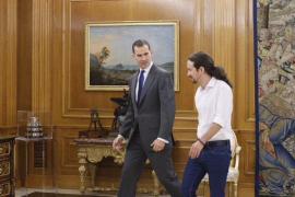 La primera vez de Iglesias en la Zarzuela: en mangas de camisa y sin regalo
