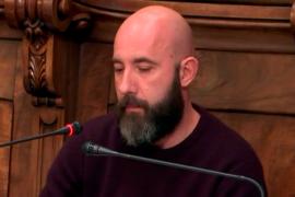 Un regidor de CUP Barcelona cita en el pleno una canción que habla de «cortarle el cuello» al Rey