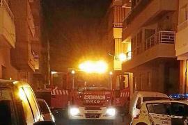 Medio centenar de vecinos desalojados por el incendio en un taller de Sant Antoni