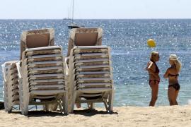 Weniger Strandliegen an den Stränden von Sant Josep