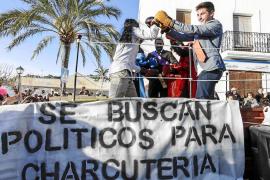 Ancianas estudiosas y políticos en la rua de Sant Joan