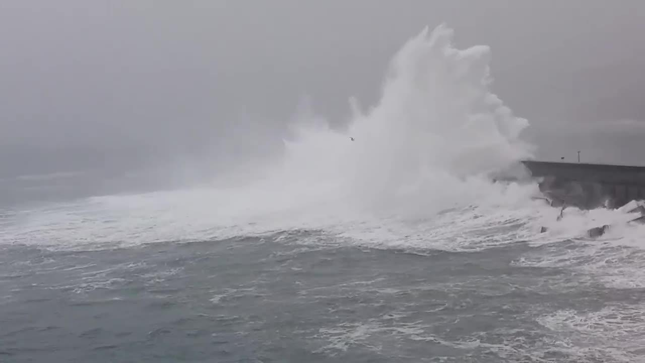 Buscan a un niño de 20 meses arrastrado por un golpe de mar en Navia