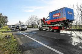 Aparatoso choque entre un camión y un coche en la carretera de Santa Eulària