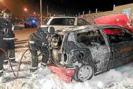 Un fuego en dos furgonetas afecta a una zona de bosque de Sant Josep