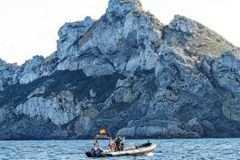 Agentes de la Guardia Civil inspeccionan desde el mar el islote de es Vedrà tras la matanza