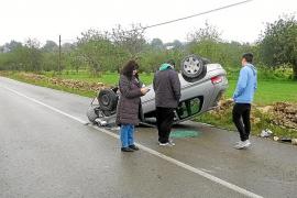 Un joven sale ileso tras sufrir un vuelco en la carretera de Sant Rafel a Forada