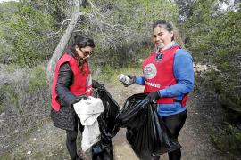 Un esfuerzo por el bien común y por mantener limpia sa Talaia de Sant Antoni