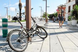 EIVISSA. CARRIL BICI . MOVILIDAD . La ciudad en bicicleta. Ciclistas circulando por vila.