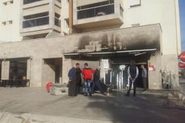Un incendio arrasa un bar de Vila y obliga a desalojar un edificio