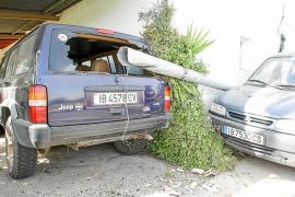 Un conductor arrolla en Santa Gertrudis una farola, que impacta con otros vehículos