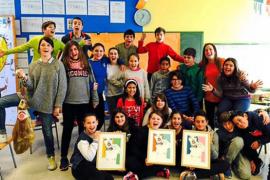 Alumnos de S'Olivera logran tres litografías de Clara Bonet en su cadena de favores solidaria