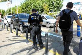 Sant Josep pide a Aena que retire los pivotes de la zona de parquin del aeropuerto