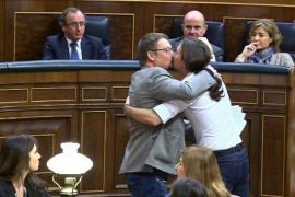 Iglesias y Domènech, abrazo y beso en los labios