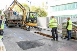 La rotura de una vieja tubería fecal abre un socavón junto a la avenida de España