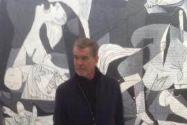 Brosnan ante el Guernica, una polémica imagen en las redes