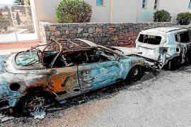 Investigan un fuego que arrasó dos coches