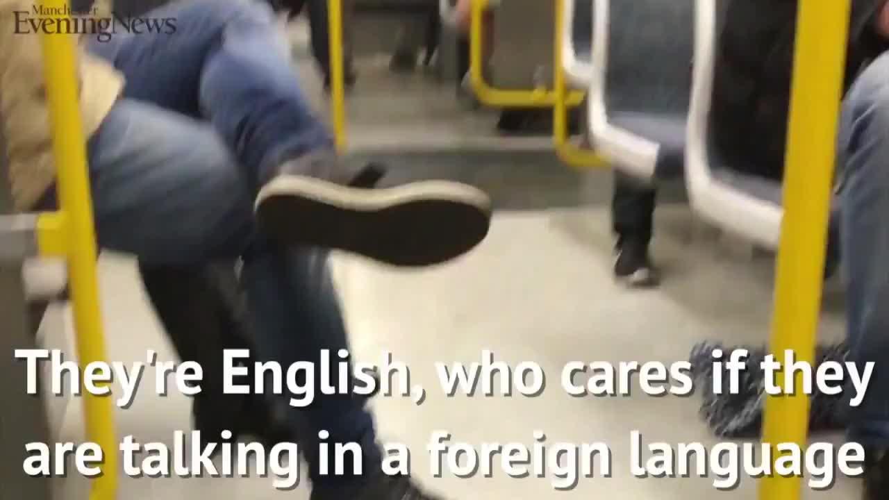 Defienden a una pareja de españoles de insultos racistas en un tranvía en Manchester