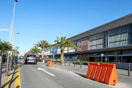 El aeropuerto de Eivissa retira ya las balizas que prohibían parar en carga y descarga