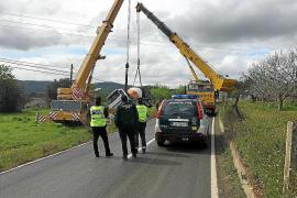 Una hormigonera sufre un aparatoso accidente en la carretera de Sant Joan