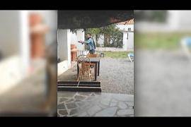 VÍDEO: Los testigos grabaron en vídeo el pánico y la tensión desatada por un vecino con un hacha