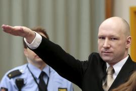 Breivik hace un saludo nazi antes del inicio del juicio contra el Estado noruego