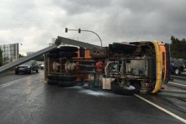 Aparatoso accidente de un camión remolque causa retenciones