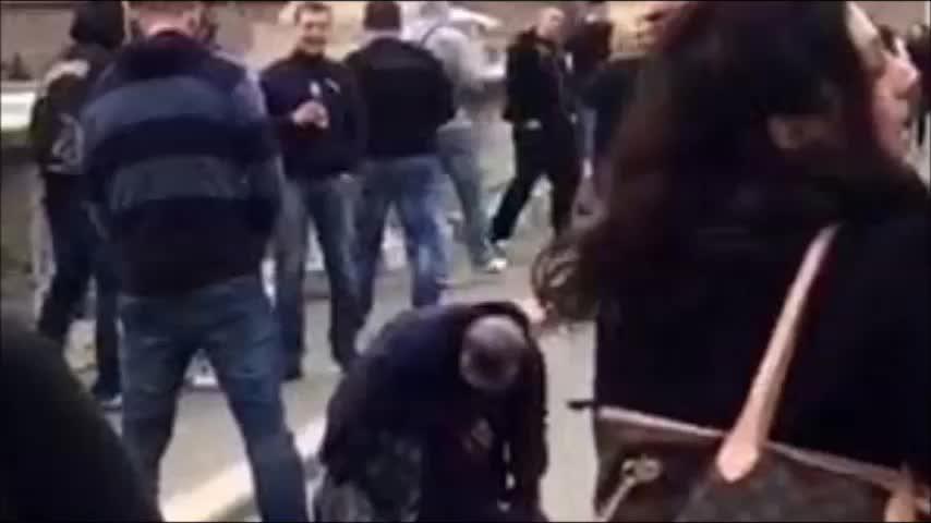 Aficionados del Sparta de Praga orinan sobre una mendiga en Roma