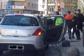 Dos detenidos por hacer puntería con el cartel de una oficina bancaria de Palma