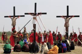 Un filipino revive la Pasión de Cristo crucificándose con clavos de acero