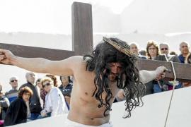 El buen tiempo bendice el Vía Crucis viviente de Santa Eulària
