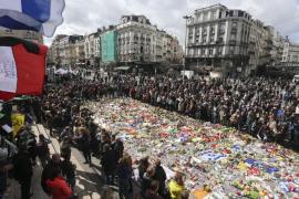 Bélgica homenajea a las víctimas de los atentados en un acto enturbiado por los ultras