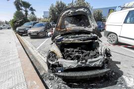 La policía investiga el incendio de un coche en el parquin de un establecimiento de ses Figueretes