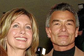 Aparece el novio de Olivia Newton-John diez años después