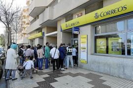 Largas colas en la oficina de Correos de Eivissa tras un parón de cinco días
