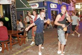 Alcaraz se desdice y sólo se prohibirá salir de los locales de ocio con la bebida en la mano