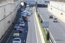 Unas obras provocan un gran atasco en la autovía del aeropuerto