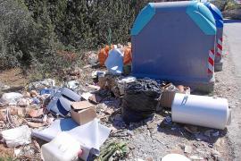 Tirar basura fuera de los contenedores es motivo de sanción en Formentera