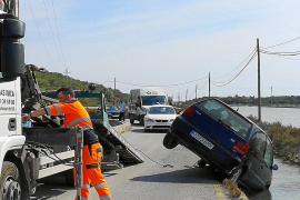 Un conductor sale ileso tras caer su coche en  un canal de es Cavallet