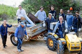 Una campaña de limpieza logra retirar tres toneladas de residuos de Portinatx