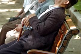Imagen de archivo, tomada el 01-06-04, de un grupo de jubilados descansando a la sombra