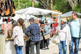 El Hippy Market de Punta Arabí abre contra el viento