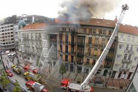 Muere un bombero tras derrumbarse parte de un edificio incendiado en Oviedo